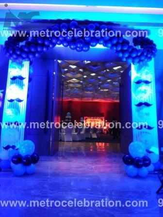 balloon decoration at entrance, flower decoration at entrance, entrance arch decoration.